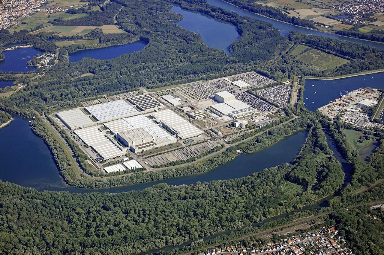 Mercedes-Benz super global logistics centre celebrates 30 years